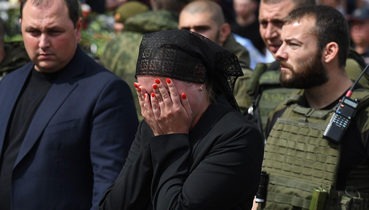 Il nuovo capo della RPD Dmitrij Trapeznikov (a sinistra) e la vedova Natalia Zakharchenko