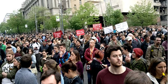 Studenti in piazza a Belgrado