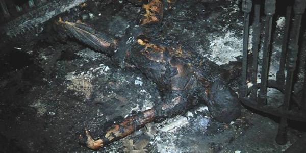 Corpi carbonizzati al piano terra, vicino alle porte di ingresso.