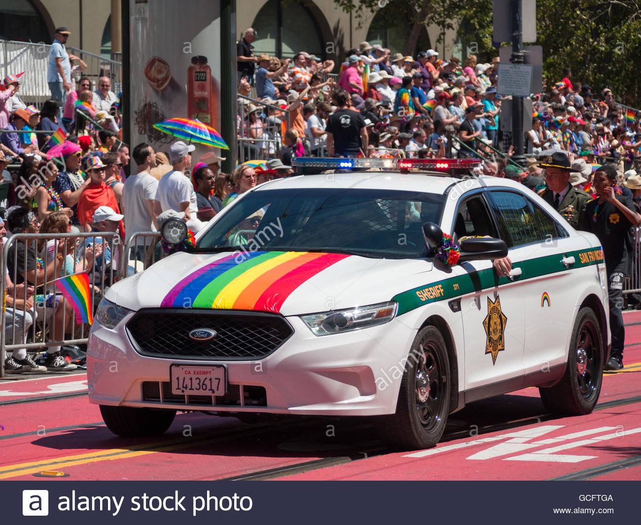 auto-della-polizia-con-bandiera-gay-in-san-francisco-pride-parade-2016-gcftga