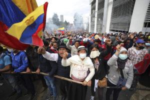 -ecuador-centinaia-di-indigeni-irrompono-nel-parlamento-j0qy